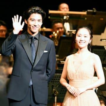 映画「ライオン・キング」のライブオーケストライベントに登場した賀来賢人さん(左)と門山葉子さん