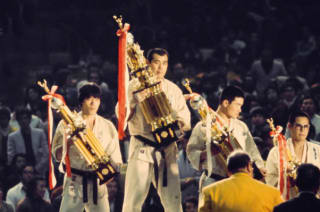 1975年の第1回世界大会で優勝した佐藤勝昭(中央) 提供:Fight&Life