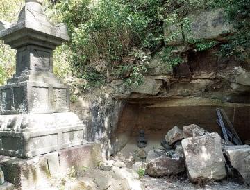 「泣塔」そばのやぐらに落下した岩塊