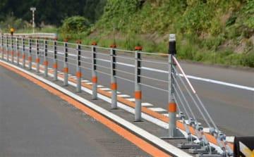 県内で設置が進むワイヤロープ防護柵=秋田市
