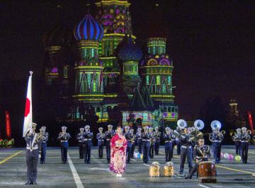 23日、モスクワの赤の広場で開かれた国際軍隊音楽祭「スパスカヤ塔」で演奏する陸上自衛隊中央音楽隊(共同)