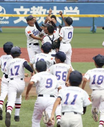 優勝を決め喜ぶ多賀少年野球クラブの選手=神宮