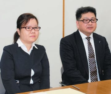 介護分野に関する協力の覚書の調印式に出席したレ社長(左)ら=県庁