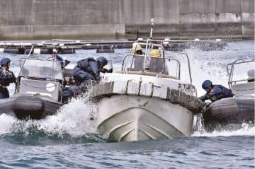 訓練で、反捕鯨活動家のボートに乗り込む海上保安庁の職員(23日、和歌山県太地町で)