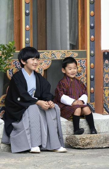 ブータンのティンプーで、ジグミ・ナムゲル王子と写真に納まる秋篠宮家の長男悠仁さま=19日(ブータン王室広報局提供・共同)