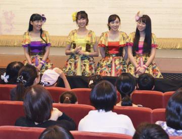 「ももいろクローバーZ」の舞台鑑賞後にメンバーと交流した、遺児と保護者たち(手前)=24日午後、東京都中央区の明治座
