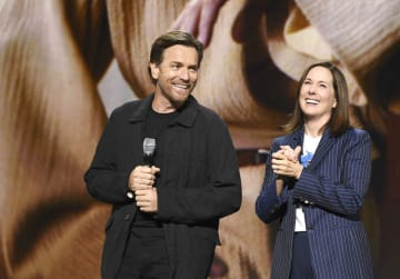 ディズニーの人気イベント「D23エキスポ」に登場したユアン・マクレガーさん(左)=23日、米アナハイム(ウォルト・ディズニー提供、共同)