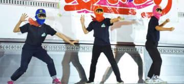 ステージでポーズを決める「亀ンライダー」=薩摩川内市の亀山小学校