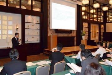 スライドを使った活動報告などがあった岡山パブリック法律事務所の15周年記念式典