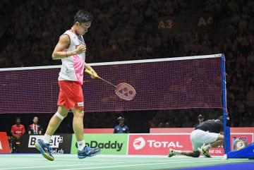 男子シングルス準決勝 インド選手からポイントを奪いガッツポーズする桃田賢斗=バーゼル(共同)