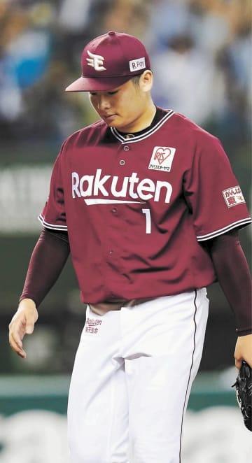 10回、サヨナラ二塁打を許し、引き揚げる東北楽天・松井