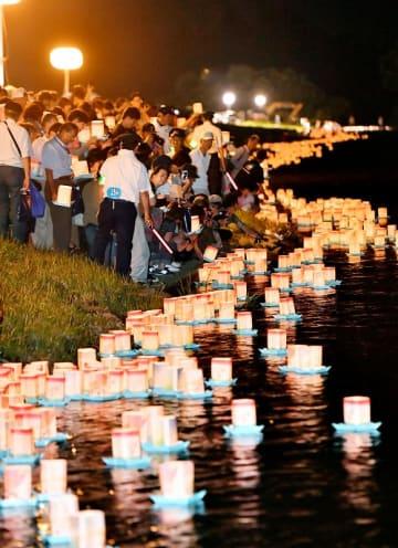 約1万個の灯籠が浮かべられ、川面に光の帯ができた「永平寺大燈籠ながし」=8月24日夜、福井県永平寺町の九頭竜川永平寺河川公園
