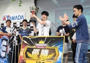 優勝カップを手に笑顔を見せるRangchu=LABI1ライフセレクト高崎