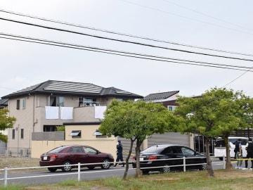 40代の夫婦と中学生の長女が襲われた住宅=24日午後4時40分、本巣郡北方町高屋太子