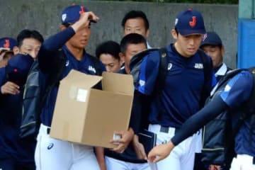 侍ジャパンU-18合宿に合流した星稜・奥川恭伸(左)【写真:編集部】