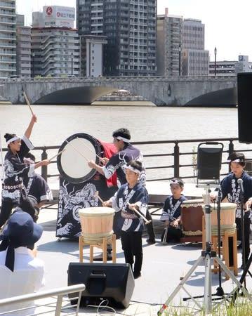 万代太鼓などでにぎわった「萬代橋誕生祭」=24日、新潟市中央区