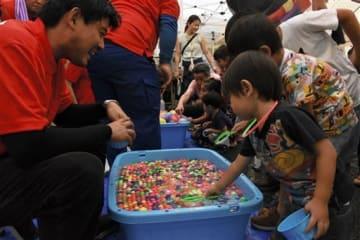 子どもたちも集まり、にぎわいをみせた立野の夏祭り=24日、南阿蘇村