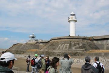 昨年行われた第二海堡上陸試験ツアーで砲台跡を見学する参加者=富津市、昨年10月