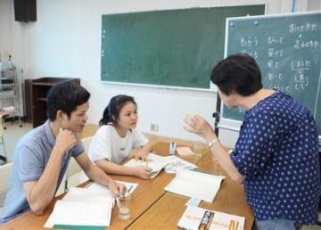 問題集を開き、講師の解説を熱心に聞くベトナム人技能実習生=八代市