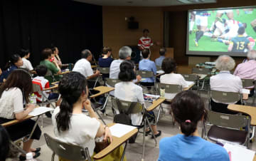 ラグビー初心者らを対象に開かれた「ラグビーW杯を100倍楽しむ講座」=長崎市魚の町、市民会館
