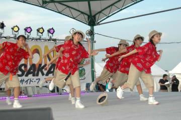 16チームが情熱のダンスを披露した「第7回ダンスコレクションin SAKAE」=24日、栄町の利根川河川敷