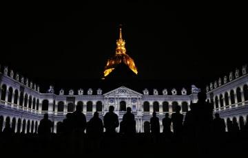 仏パリの廃兵院で音と光のショー