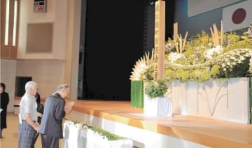 献花をして戦没者の冥福を祈る参列者