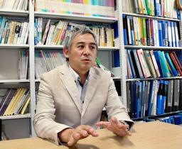 関西大学人間健康学部教授の神谷拓さん=堺市、関西大学堺キャンパス