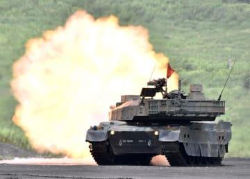 「富士総合火力演習」で実弾射撃を行う10式戦車=25日午前、静岡県の東富士演習場