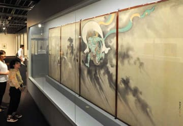 鈴木其一の「風神雷神図襖」などが紹介されている「ニッポン×ビジュツ展」(京都市中京区・京都文化博物館)