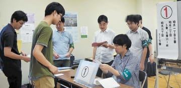 投票事務の手順を確認する仙台市職員=24日、青葉区の柏木市民センター