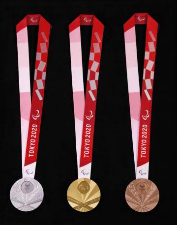 2020年東京パラリンピックの(左から)銀、金、銅の各メダル。「扇」をイメージしたデザインで、表の扇骨に点字で「TOKYO2020」と表記されている