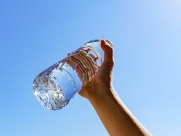 コンパクトで軽くて持ち運びしやすいペットボトル。飲み終わった空のペットボトルに飲み物を入れて、水筒代わりにしている人はいませんか?
