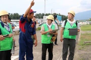 突風の発生を受け、被害の状況などを調べる気象庁機動調査班=25日、長岡市寺泊大町