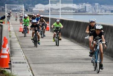 懸命に自転車を走らせる選手たち