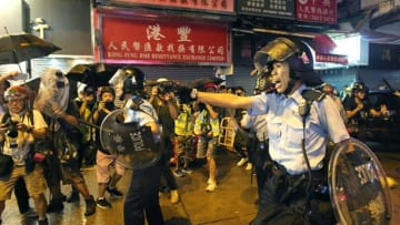 A police officer drew his gun on protesters in Tsuen Wan. Photo: Apple Daily.