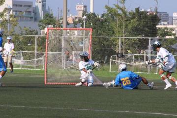 この試合3得点の塩澤選手。写真はディフェンダーとゴールの間に体を滑り込ませて決めた、自身2得点目(撮影・児玉祐基)