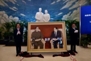 天津で周恩来総理と池田大作氏の会見45周年記念絵画の寄贈式典
