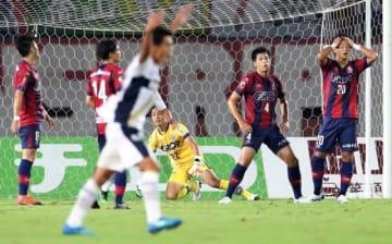 前半28分、町田に先制され、頭を抱えるファジアーノ岡山のチェ・ジョンウォン(20)=シティライトスタジアム