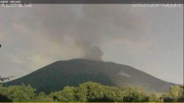 噴火直後とみられる浅間山の監視カメラ画像=25日午後7時29分(前橋地方気象台提供)