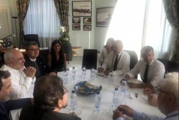 25日、フランス南西部ビアリッツで、会談するフランスのマクロン大統領(右から2人目)、イランのザリフ外相(左から2人目)ら(ザリフ氏のツイッターから、AP=共同)