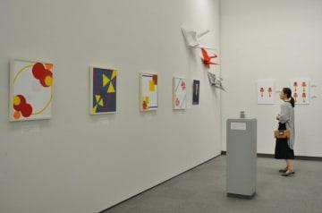 【三重をテーマに制作した作品が並ぶ会場=津市大谷町の県立美術館県民ギャラリーで】
