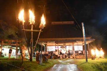 勢いよく炎を上げる「牧山の松明」。訪れた人たちが火に思いを込め祈った(南丹市日吉町中世木・普門院)