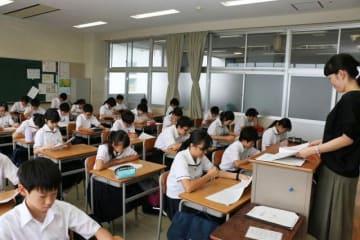 2学期が19日に始まり、天井のエアコン(左上)が稼働する教室で授業を行う津山中