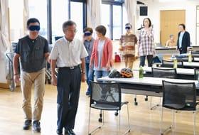 アイマスクをして会場を1周する参加者たち