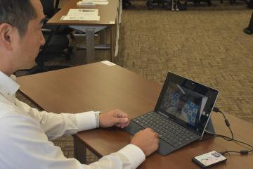 期日前投票をする五十嵐立青市長。カメラによる顔認証で本人確認を行える=つくば市役所
