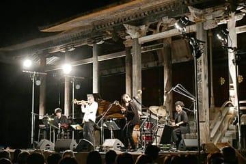 本堂前に設置された特設ステージで熱の入った演奏を披露する日野皓正さん(左から2人目)=寒河江市・慈恩寺