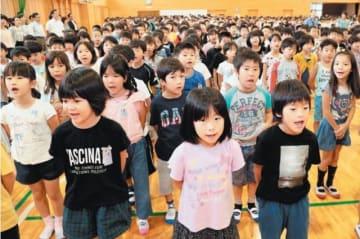 始業式で元気いっぱいに校歌を歌う児童=26日午前、大分市の南大分小