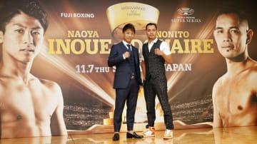 記者会見を終え、写真撮影に応じるWBA、IBFバンタム級王者の井上尚弥(左)とWBA同級スーパー王者のノニト・ドネア=26日、東京都内
