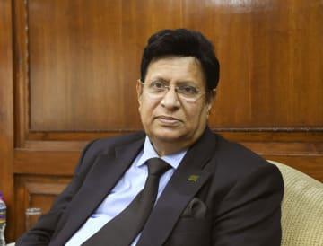 インタビューに応じるバングラデシュのモメン外相(共同)